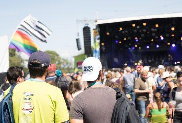 twee mannen voorbereid op festival met schoudertas